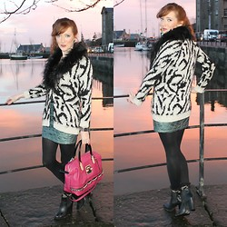 Rebecca Casserly - River Island Faux Fur Collar Cardigan, Bershka Green Quilted Mini Skirt, Guess? Bag, Primark Boots - A Pretty Pink Backdrop