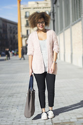 Roos A - Cardigan, Jeans, Bag, Sneakers - Fuzzy cardigan