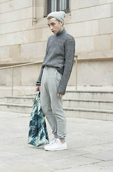 Jorge Barceló - H&M Beanie, United Colors Of Benetton Turtleneck, Cos Sweater, Bershka Pants, Other Stories Bag, Adidas Sneakers - STAN SMITH