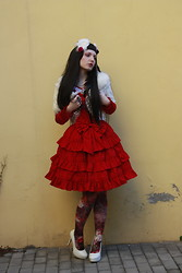 Karolina Koblenova - Thrifted White Faux Fur Cape, Claires Hair Accessories, So Lolita Red Dress, Calzedonia Classical Flowers Printed Tights, Jannis White Pumps, Lockshop Wigs Silky Straight Wig - Liebe is ein wildes Tier