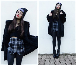 Inês Prates - Kocham Ostre Ćwieki Vogue Beanie, Romwe Fur Coat, The Editors Market Skorts - IT'S COLD OUTSIDE
