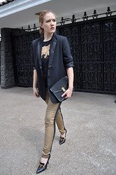 Lizzie Lo - Maison Martin Margiela Blazer, Shirt, Céline Clutch, Chanel Pumps - Golden