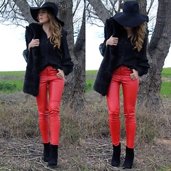 María Gamero Rueda - Frontrowshop Pants, Vintage Shirt, Zara Fur Scarf, H&M Hat, River Island Boots - Red Leather