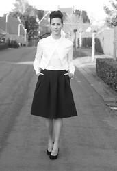 Cindy, Fashion blogger on www.glamour-blog.com - Zara Shirt, H&M Skirt, Nelly Heels - Back in time.