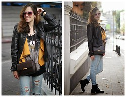 Tali Lugashi Nashon -  - Ripped jeans & leather jacket