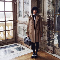 M . - Burberry Trench, Loewe Amazona, Brogues - Le Château de Versailles.