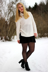 Frida Hagström - H&M Turtleneck Sweater, H&M Pleated Skirt, Din Sko Black Boots - Pleated skirt and turtleneck sweater