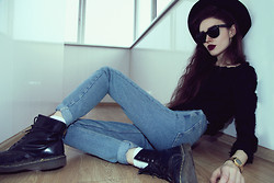 Violet Ell - American Apparel Jeans, Dr. Martens Boots, Ray Ban Sunglasses, Casio Watch, Sweater - 26.04.2013