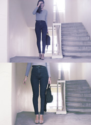 Q A - Cigarette Jeans, Cropped Sweater, Kanken Backpack, Nude Peep Toes - 累