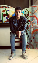 Nizar Bjh - Levi's® Levi's Sneakers, Zara Jean, Wrangler Leather Jacket, Blue Harbour Pull, Abounizar Arts Gallery (Stained Glass) - En plein ART.