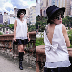 Priscila Diniz - Bowknot Embellished Sleeveless White Vinyl T Shirt, Blavk Leather Skirt, Colar Mini Placas Fosco, Rounded Sunglasses - We live in a dark and romantic and quite tragic world