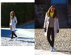 Clara Fina Frisk - Vintage Silk Scarf, H&M Coat, Reebok Sneakers - THE SCARF/GULT.