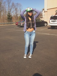 Jada Bennett - H&M Low Rider Light Wash Denim Jeans, Nollil Grey Crop Tank, Converse Classic, H&M Grey Blue Zip Hoodie - Sunny lot