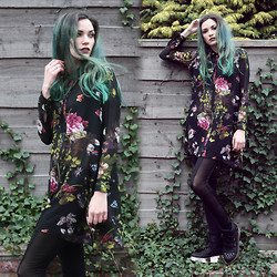 Amber Dennett - In Love With Fashion Floral Dress - Frame your face
