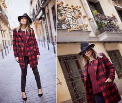 Barbara Crespo - Frontrowshop Tartan Plaid Coat, Frontrowshop Hat, Mango Jeans, Dolce & Gabbana Sunglasses, Menbur Shoes - Plaid coat