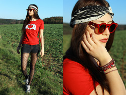 Jacky Siren - The Papp Up Store Sunglasses, Kater Likoli Shirt, Converse Shoes, Manousche Headband - Hippie Love