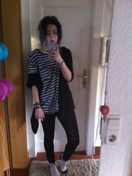 Tessa Pia - Basic Shirt, H&M Wooly Black Cardigan, Dm Basic Black Leggins, H&M Pug Socks - Easy Lemons