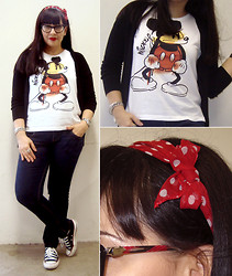 Viviane Paiva - Riachuelo Shirt Mickey Mouse, Zara Cardigan, Renner Pants/Jeans, All Star Tennis, Absurda Glasses, Bought Long Time Ago Scarves - Minnie girl