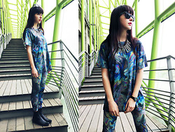 Barbara Malewicz - Clashist Gasoline Teesh, Clashist Gasoline Leggings, A.P.C. Chelsea Leather Boots, Ray Ban Camo Glasses - Gasoline princess