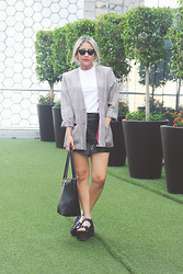Veneno Lp - Vintage Blazer, Basic Tshirt, Pull & Bear Black Leather Skirt, H&M Black Bag, Yru Plataforms - CALL ME VENENO