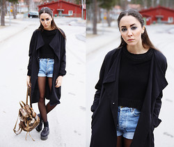 Malin E. - H&M Trenchcoat, Thrift Store Shorts, Cheap Monday Top, Shoes, Thrift Store Backpack - 14.04.07