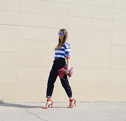 Elisa Taviti - Zara Red Sandals, #Loveit Jeans, Stella Mccartney Falabella, Sheinside Striped Tee, Oakley Frogskins Sunglasses - STRIPED