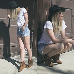 Sara Moeller - Topshop Hat, Minnetonka Shoes, Levi's® Shorts, Lna Tshirt - One more day to go.