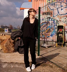 Amandine G - H&M Top, Esprit Pants, Adidas Stan Smith - All black and Stan Smith