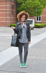 Roos A - Shopper, Blouse, Leather Jacket, Nikes - Leather studded jacket
