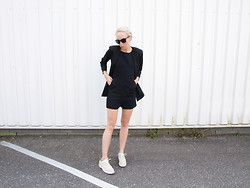 Zoé Hermsen - Justfemale Blazer, Monki Playsuit, Carin Wester Shoes - Black