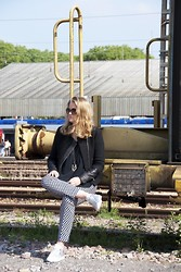 Andréa Gilbert - Maje Black Tweed Jacket, H&M Printed Pants, Ama Brand Silver Sneakers - On the railroad