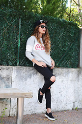 María T. - Ewigem Clothing Sweater, Aldo Sneakers, Bershka Cup - 22.04