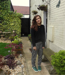 Charlotte Smith - H&M Jumper, Primark Joggers, Nike Shoes - Green Shoes