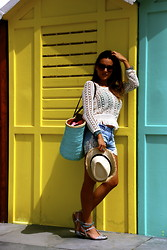 De Pointe en Blanc By Ilaria Bianchi - Céline Sunglasses, Zara Sandals, Pimkie Shorts - A wonderful colorful day