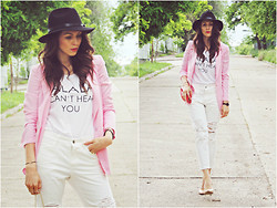 Daniela Macsim - Frontrowshop Blazer, New Yorker T Shirt, Frontrowshop Ripped Boyfriend Jeans, Frontrowshop Hat - White&Pink Look