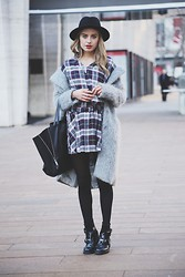 Sonya Esman - H&M Grey Coat, Balenciaga Cut Out Boots, Céline Celine Cabas Tote, Zara Hat - Simple, simple.