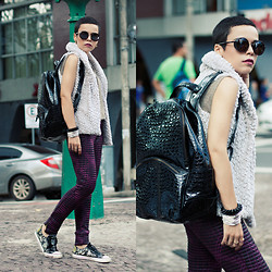 Priscila Diniz - Sneakers, Vest, Bag, Matelasse Pants (Similar), Sunglasses, Bracelet, Photography - Break the standard