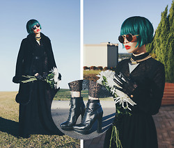 PYRRHICS † - Alexander Mcqueen Victorian Platform Boots, Odylyne Tawney Owl Dress, Scott Wilson For Aq/Aq Nu Gold Necklace, Free People Metal Frame Sunglasses, Vintage Faux Fur Coat - It's raining cold flower-heads
