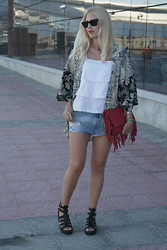 Doll Actitud Sabrina - H&M Kimono, Zara Shirt, Zara Short, Primark Chunky Sandals - Live The Roof