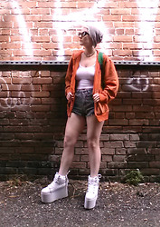 Suzi West - Hot Topic Beanie, Carbon Authentic Hoodie, Bdg High Waist Cheeky Shorts, Yru Qozmo Platform Sneakers - 31 March 2014
