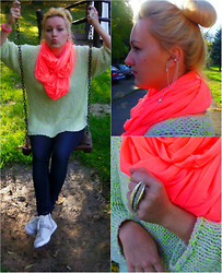 The BlogGirls -  - Big sweater and bright scarf