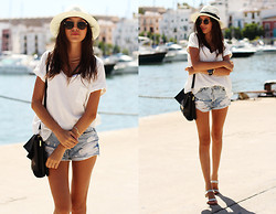 Bea G - T Shirt, Shorts, Sandals, Hat, Bag - Ibiza | Travel Outfit
