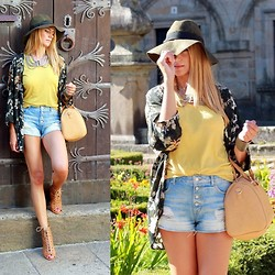 Vanessa Basanta - Bershka Flower Print Kimono, Bershka Yellow Top, Bershka Denim Shorts, Bershka Gladiator Sandals, Bershka Cream Bag - Boho in Santiago