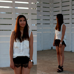Leticia Neidl - Pull & Bear Blouse, Romwe Lace Shorts, H&M Chunky Sandals - Black and white.