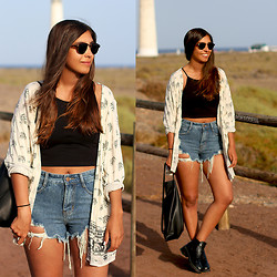 Leticia Neidl - Kiss The Sky Kimono, H&M Crop Top, Sheinside Shorts, Triangl Bag, Primark Boots - Lighthouse.