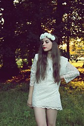 Leonarda Eufemia - H&M White Flower Crown, Crystal Bindi, Tattoo Choker, Amethyst Pendant, Vintage White Laced Dress - Enchanted Forrest