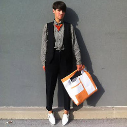Lara Bernot -  - Orange accessories