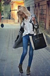 Adela C. - Bershka Cardigan, Zara Jeans, Shopper Bag, Forever 21 Shirt - Gold Dust