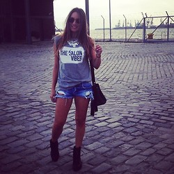ANNA T. - H&M Bag, Bershka Boots, Bershka Shorts - Girl in a harbour!