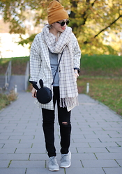 Esra E. - Monki Grid Coat, Monki Grid Scarf, Zara Sneakers, Zara Distressed Jeans - Monki style